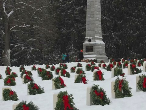 Annual Christmas tradition, Wreaths Across America, honors grave sites of veterans